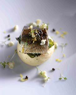 Brioche aux algues, hareng grillé, soja, épinards et yaourt au roquefort