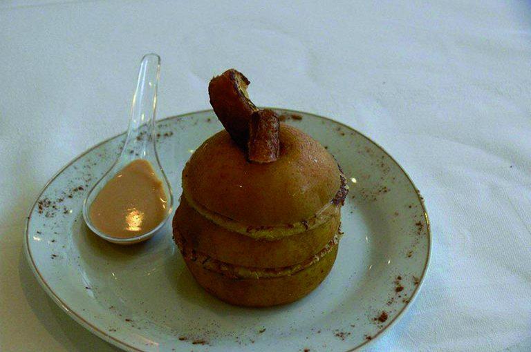 Millefeuille de pommes à la brioche perdue et sa sauce au caramel salé d'Isigny