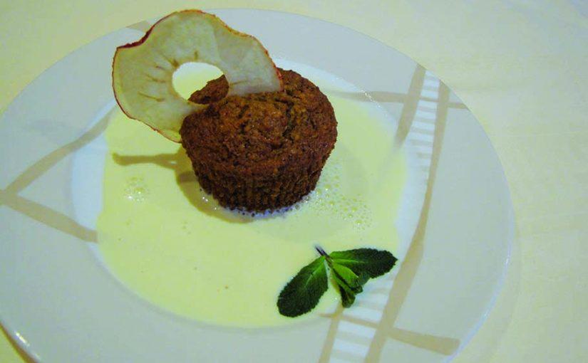 Muffin de carottes de créances, crème anglaise au miel et sa chips de pomme
