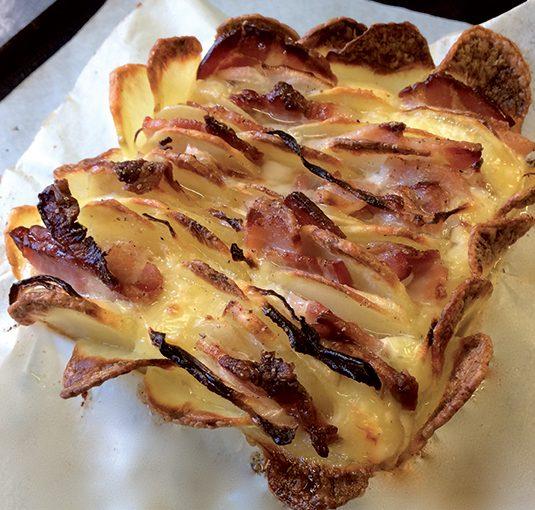 Pont-l'evêque rôti en écailles de pomme de terre, bacon et oignons