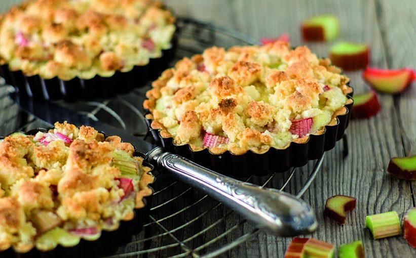 Tartelette tiède à la rhubarbe, coulis de caramel au beurre d'Isigny